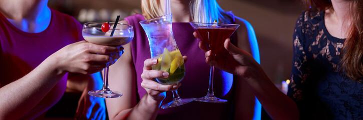 Poster de jardin Bar Three female friends toasting
