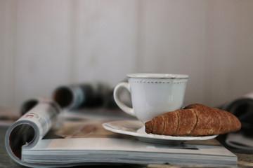 Magazines coffee croissant