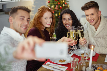 freunde machen ein selfie während des weihnachtsessens