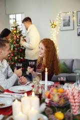 freunde feiern weihnachten mit einer party zu hause