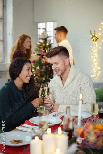 freunde feiern weihnachten und sto en mit einem glas sekt. Black Bedroom Furniture Sets. Home Design Ideas