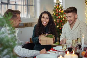 freunde beschenken sich am weihnachtstag