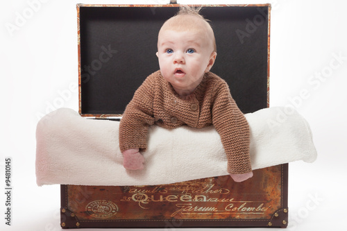 baby in einem korb mit kuscheldecke immagini e. Black Bedroom Furniture Sets. Home Design Ideas