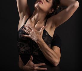 Mani sul corpo di donna