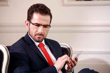 Fototapeta Biznesmen w pracy z telefonem. obraz