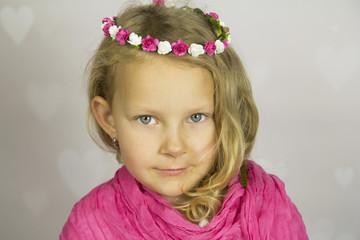 Piękna dziewczynka z różyczkami we włosach