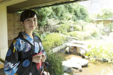 若い女性 浴衣 和服 黒髪 温泉 旅館 インバウンド イメージ カメラ目線