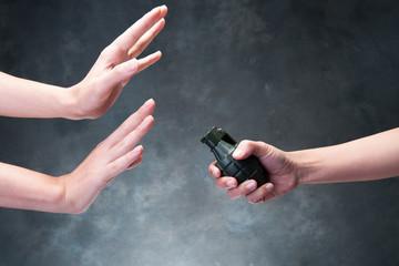 爆弾を拒否する手