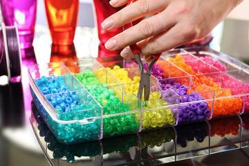 Tworzenie biżuterii Kobieta tworzy kolorową biżuterię z plastikowych koralików