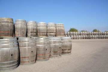 barricas de madera en una bodega