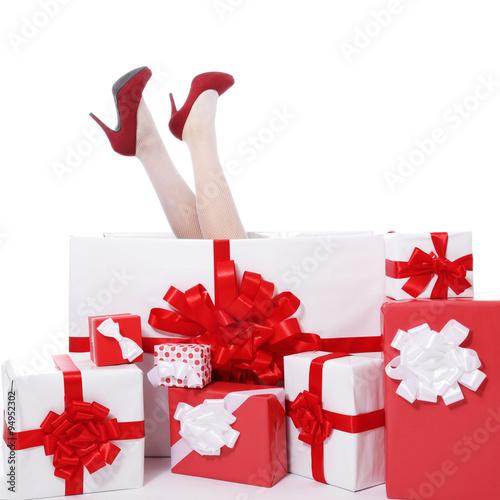 femme tomb e dans paquet cadeau no l photo libre de droits sur la banque d 39 images. Black Bedroom Furniture Sets. Home Design Ideas