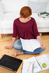 junge frau lernt zuhause für eine prüfung