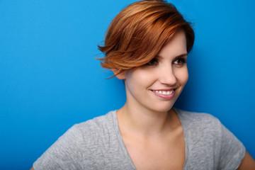 portrait einer attraktiven junge frau mit roten haaren
