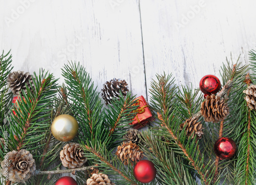 Branches De Sapin Avec Décoration De Noël Sur Fond Bois Blanc Stock