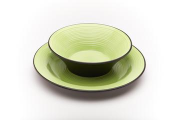 Piatti da portata verdi per mangiare su sfondo bianco