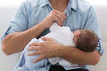 Bebé en brazos de su padre.