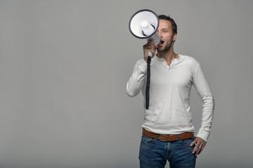 Mann spricht mit einem Megafon