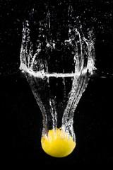 Le citron plongeant dans l'eau