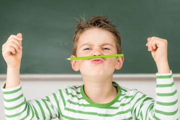 Kleiner Junge macht den Klassen-Clown
