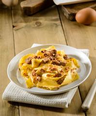 Pappardelle con ragù di lepre, pasta tipica italiana, fuoco selettivo
