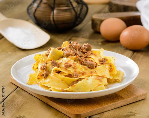 Pappardelle con rag di lepre pasta tipica italiana for Pasta tipica italiana