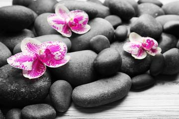 Fond de hotte en verre imprimé Bestsellers Spa stones and orchids on wooden background