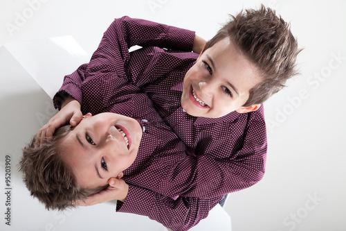 Zwillingsbruder Spielen Siamesische Zwillinge Stock Photo And