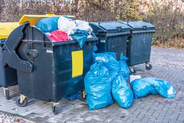 Müllberge an den Mülltonnen