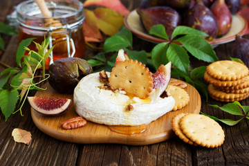 Delicious tomorrow from Camembert, figs and honey.