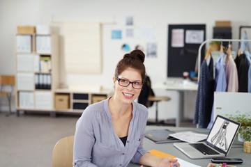 motivierte junge designerin in einem atelier