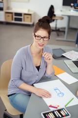 designerin vor einer skizze