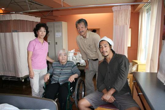記念撮影をする家族 祖母 老人ホーム