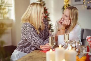 zwei schwestern erzählen sich etwas am weihnachtstag