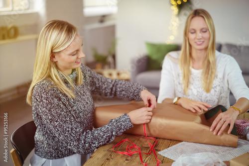 zwei frauen packen geschenke f r weihnachten ein stockfotos und lizenzfreie bilder auf fotolia. Black Bedroom Furniture Sets. Home Design Ideas