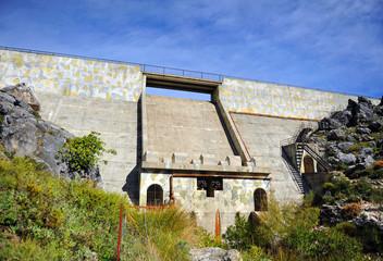 Muro de la presa del Fresnillo, Parque Natural Sierra de Grazalema, provincia de Cádiz, España
