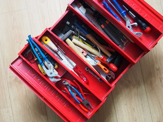 roter werkzeugkoffer