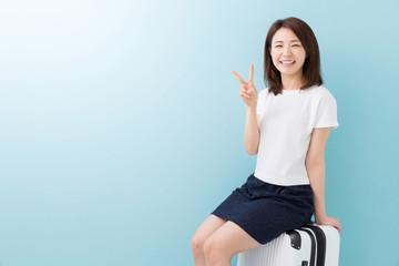 女性とスーツケース