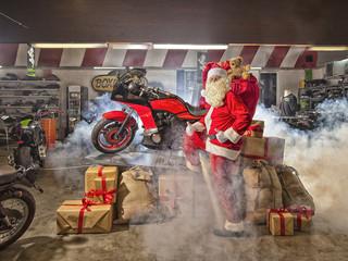 Weihnachtsmann im Motorradshop