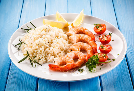 Shrimps with white rice and vegetables