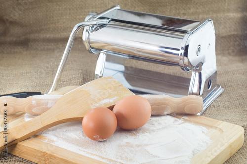 Attrezzi e utensili da cucina, mattarello, uova farina, tirapasta ...