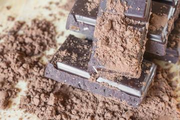 плитки темного шоколада какао