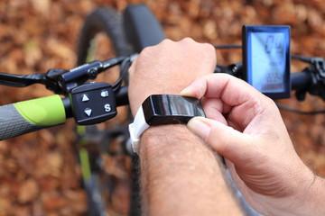 Smartwatch und E-Mountainbike