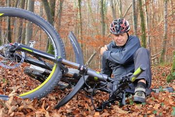 Senior nach Fahrradsturz mit Schulterschmerzen im Wald