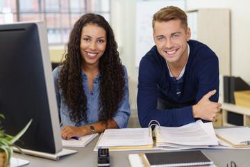 motiviertes team am schreibtisch im büro