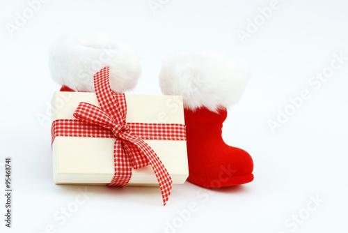 weihnachtsgeschenk mit nikolausstiefel stockfotos und. Black Bedroom Furniture Sets. Home Design Ideas