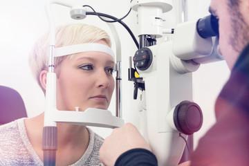 Frau bei Augenuntersuchung