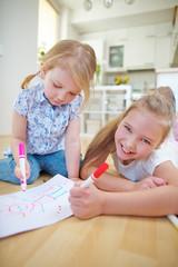 Zwei Mädchen malen ein Bild zusammen