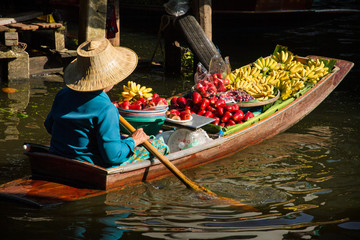 Foto op Canvas Bangkok Vendors selling fruit boating on the canal.