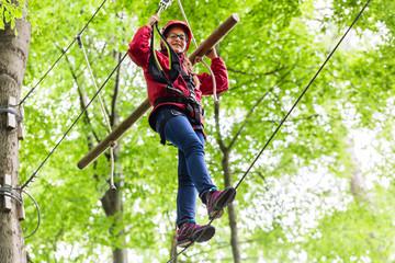 Teenager Mädchen klettert im Klettergarten