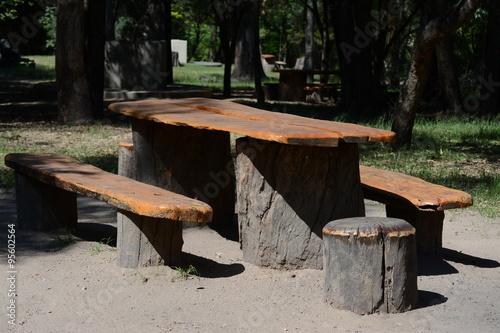 Mesa y bancos de madera r sticos en un bosque p blico - Bancos de madera rusticos ...